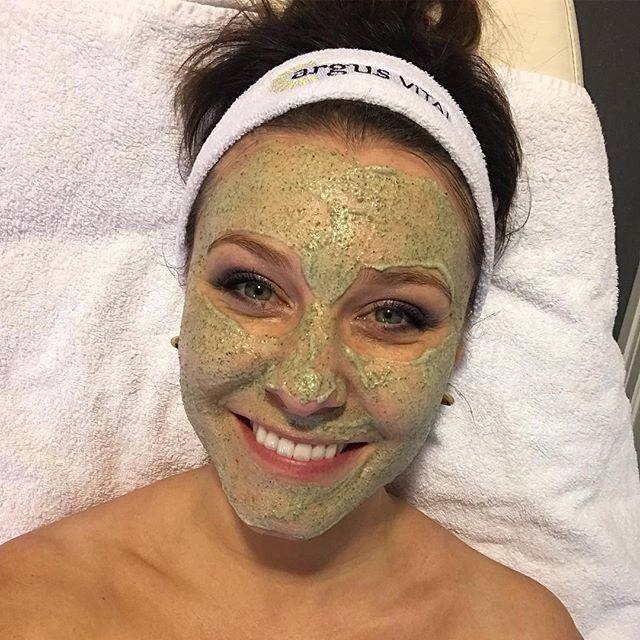 @marieklaapbakken 🏻 Det er ikke ofte jeg reklamerer for produkter, men denne behandlingen MÅ jeg lufte for dere.. Den var helt vidunderlig og huden stråler av lykke! Hilsen kona til Shrek @schrammeknorway @greenpeel @argus_vital