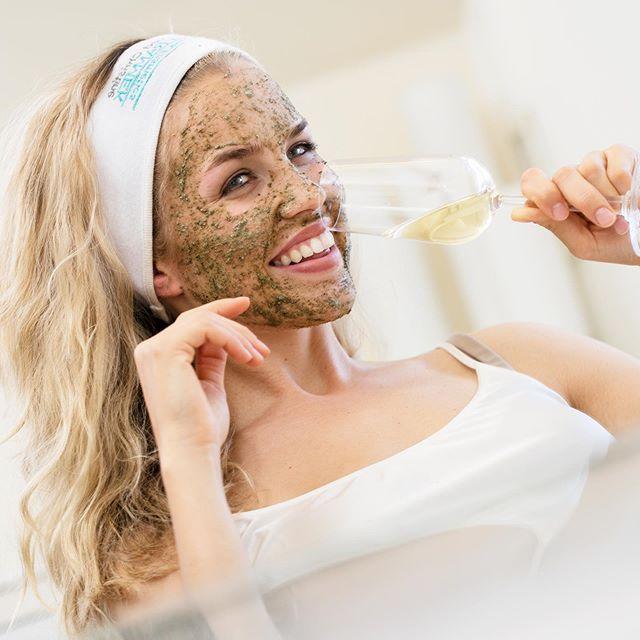 Mai er en måned full av festligheter og begivenheter som skal feires🥂🇳🇴 Ta turen innom din nærmeste Dr. Schrammek klinikk for en herlig Green Peel Fresh Up før 17 mai - Glødende hud samtidig som huden får en effektiv antirynke🏻