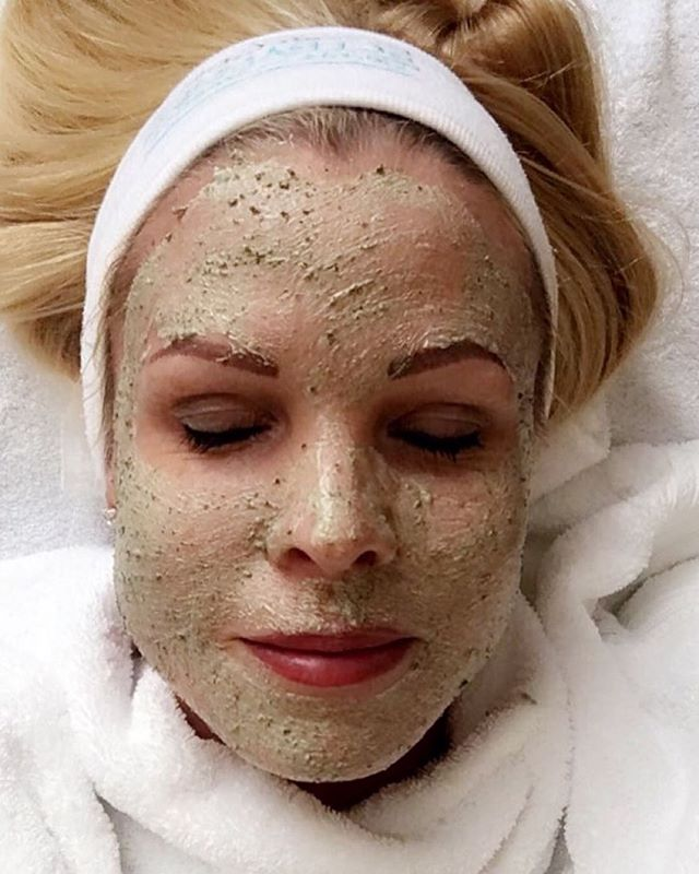 «Det finnes så mange effektive behandlinger, men likevel trygge behandlinger du kan benytte hele sommeren. Behandlingen jeg tester her er i tillegg en perfekt behandling før en sommerfest!» @skincarebyanki 🏻 Les mer på bloggen hennes, link i bio.