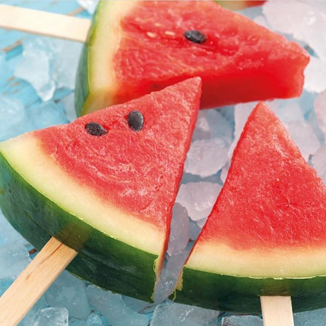 Selfcare Sunday️ Ta på deg en fuktighetsmaske mens du lager verdens enkleste saftis; Frossen vannmelonVannmelon tilfører kroppen kalium og lykopen, som er en super antioksidant. Antioksidanter bidrar blant annet til å holde huden sunn og rynkefri🏻
