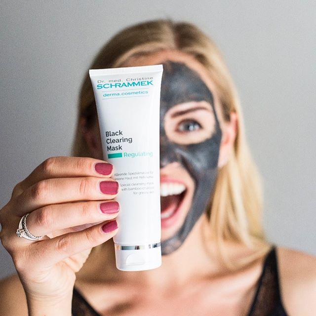 Our type of Halloween mask Black Clearing Mask er en kraftfull, svart rensemaske som virker som en svamp på smuss og skadelige miljøpartikler fra hudoverflaten🖤Passer alle. Perfekt for uren hud da den renser i dybden, forfiner porene, fjerner eksisterende urenheter og forebygger nye🖤🏻