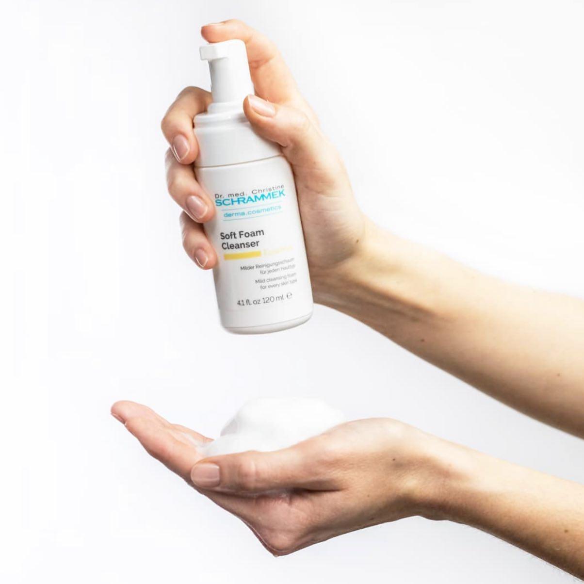 Soft Foam Cleanser er et mildt og effektivt renseskum med pleiende virkestoffer som støtter hudens helningsprosesser  Fjerner makeup, talg, svette, smuss og forurensning effektivt og etterlater huden ren og myk. For alle hudtyper. Perfekt å ha med der sommerferien ferdes🏻