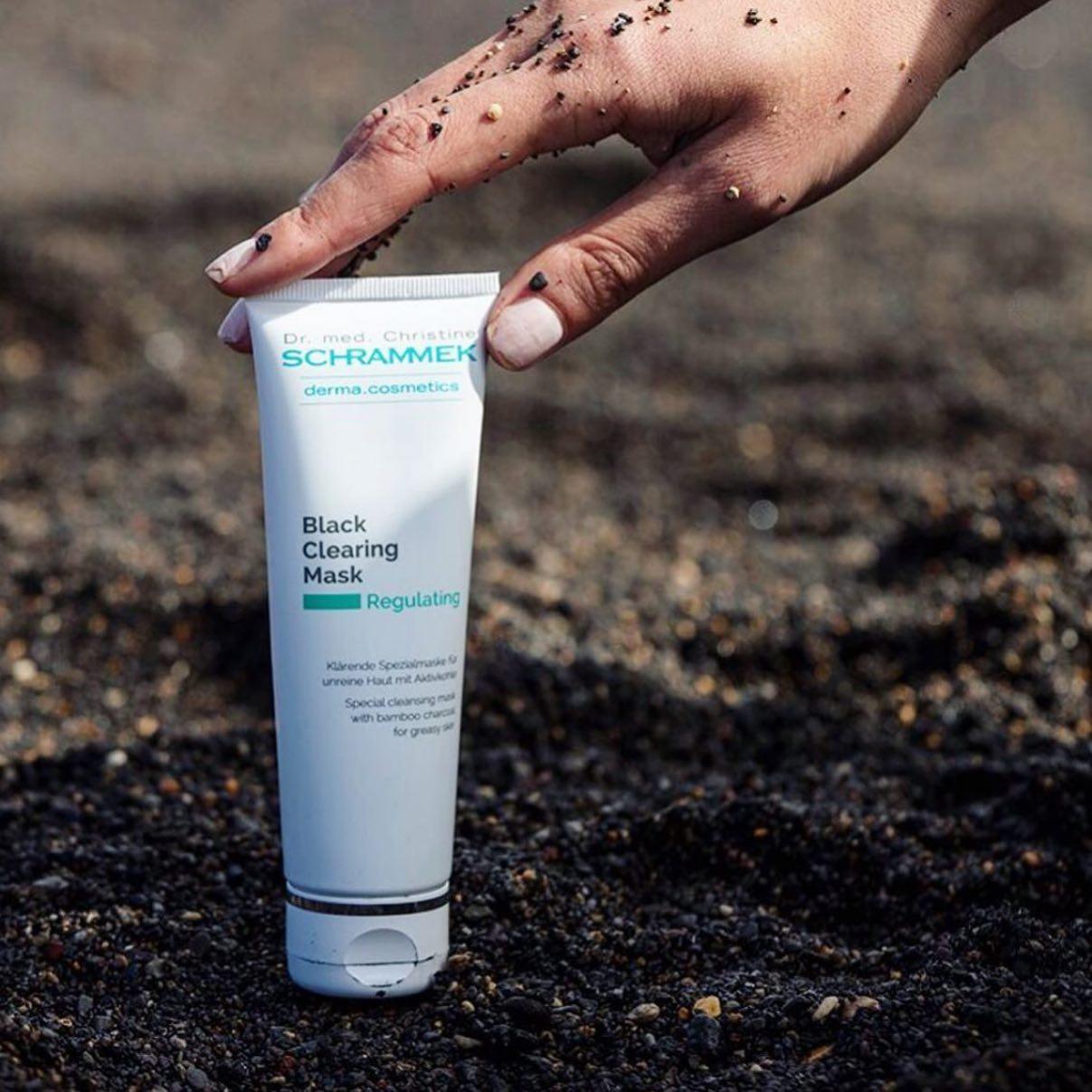 Happy self-care Sunday🧖🏼♀️  Gi huden en skikkelig detox med Black Clearing Mask🖤 Kraftfull svart rensemaske som virker som en svamp på smuss og skadelige miljøpartikler fra hudoverflaten. Passer alle. Ideell for uren hud, da den renser i dybden, forfiner porene, fjerner eksisterende urenheter og forebygger nye🏻