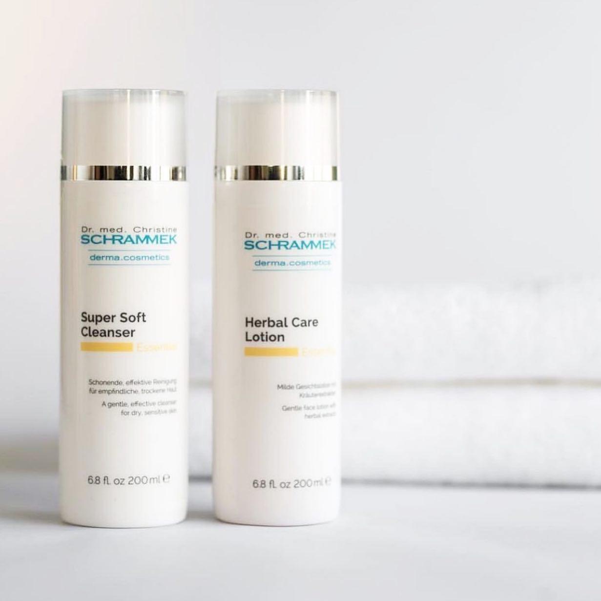 Deilige renseprodukter er ekte hverdagsluksus og et must for at huden skal fungere optimalt🧖🏼♀️   Step 1. Super Soft Cleanser:  Pleiende og beroligende rensemelk for normal, tørr og sensitiv hud. Fjerner makeup, smuss og forurensning skånsomt og effektivt på hud og øyeområdet uten å avfette.  Step 2. Herbal Care Lotion:  Beroligende, betennelsesdempende og rensende hudvann. Helende planteekstrakter balanserer og styrker huden. Påføres med bomullspads etter Super Soft Cleanser. Fjerner også øye-makeup.