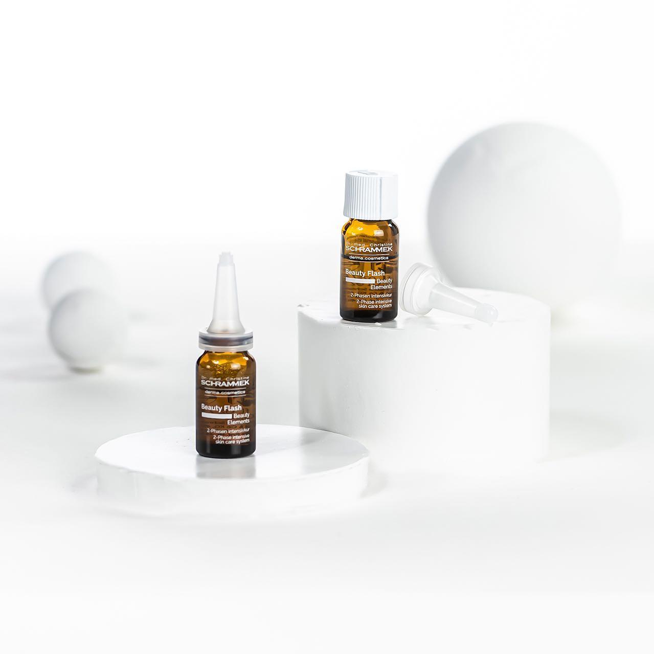 Magi på en liten flaske Vitamin C Beauty Flash er en kraftfull antiage kur med Viamin C i sin beste form🏻  Serumet inneholder ren Vitamin C, som aktivieres sammen med hyaluronsyre og oppstrammende peptider. Disse aktive virkestoffene jobber i synergi for økt spenst, fukt og jevnere hudtone.   Passer for:  Aldrende hud  Ujevn pigmentering  Gusten hud  Kampanjepris Vitamin C Beauty Flash 7,5 ml: 359,- (ord. pris: 400,-).