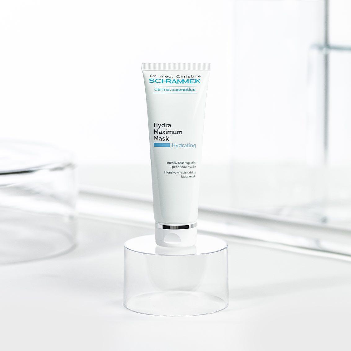 Hydra Maximum Mask er en nærende fuktighetsmaske med hyaluronsyre og eksklusive planteoljer som booster huden med fuktighet og essensielle lipider🤍Forebygger tørrhetslinjer og tidlig aldringstegn. Ideell for tørr og fuktfattig hud. Passer alle.   Påføres renset hud 1-2 ganger i uken, gjerne med en ampulle under Også ideell som sovemaske. Psst… Denne får du nå i vår populære adventskalender🏻
